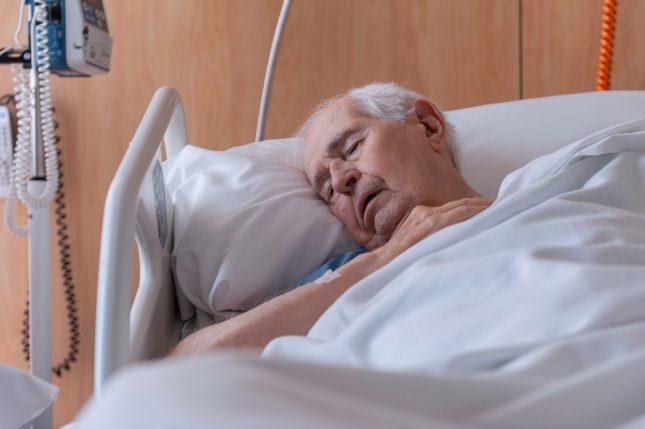 אדם מבוגר מאושפז. טיפול פליאטיבי יכול לסייע