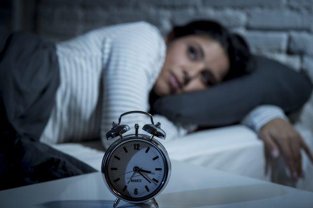 אישה עם הפרעות שינה. התערבויות שינה פסיכולוגיות פותרות כאבי ראש?