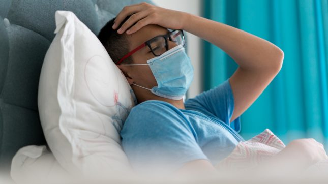 נער חולה בקורונה. אילוסטרציה