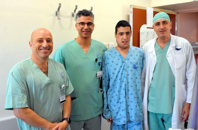 המטופל וצוות הרופאים המנתחים. צילום: פדה-פוריה