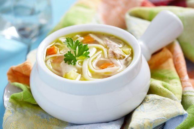 הארוחה לאחר הצום צריכה להיות קלה. לדוגמה, מרק ירקות עם אטריות