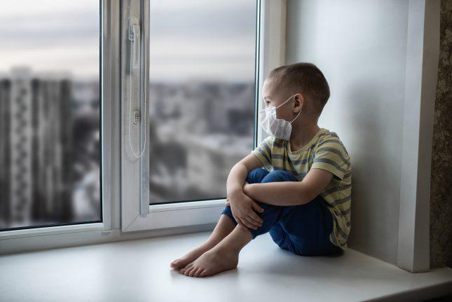 ילד במגיפת הקורונה. אילוסטרציה